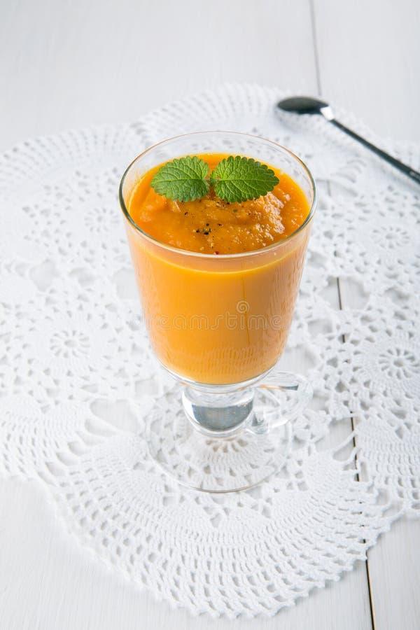 Karottensuppe in der Glasschale auf weißer Tabelle stockfoto