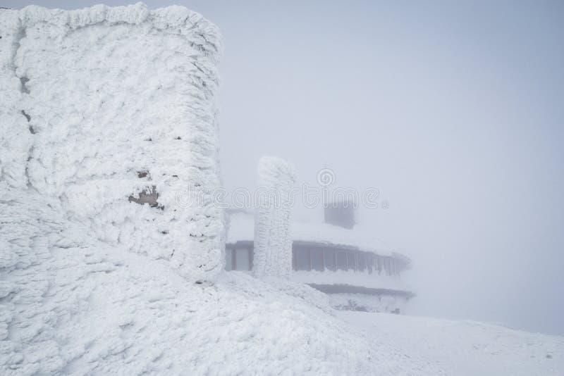 Karpacz, Polonia - 03 20 2016: Edificio encima del pico de Sniezka en las montañas gigantes foto de archivo