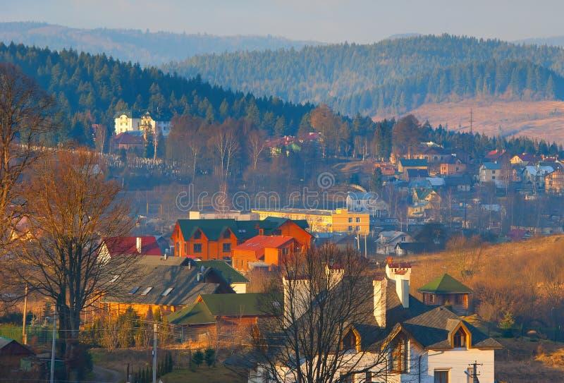 Karpaten-Gebirgsdorf-Falllandschaft stockbild