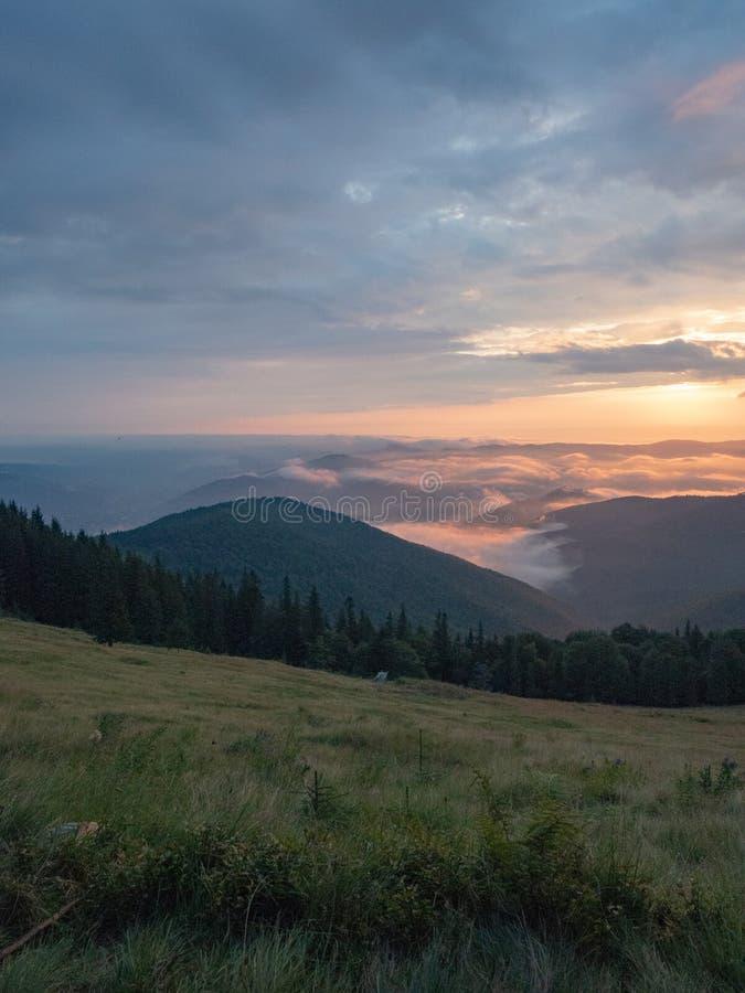 Karpaten-Landschaft im August, West-Ukraine Sonnenuntergang in den Bergen am Sommer Ukrainischer Naturhintergrund Der Himmel lizenzfreie stockbilder