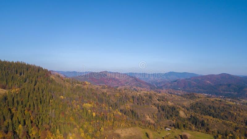 Karpaten-Mountines mit blauem Himmel lizenzfreies stockfoto