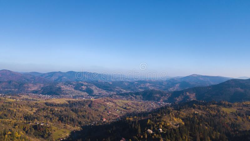 Karpaten-Mountines mit blauem Himmel stockbilder