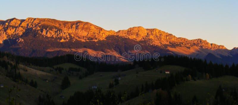 Karpatenberge gestalten Sonnenuntergang Rumäniens Transilvania Siebenbürgen blaue Hügel Bucegi Moeciu-Kleie landschaftlich lizenzfreie stockfotografie