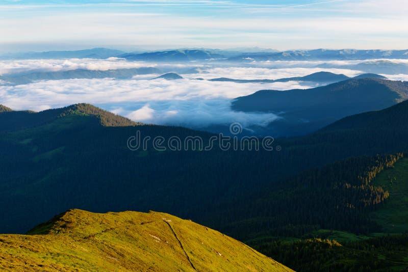 Download Karpatenberge morgens stockfoto. Bild von leuchte, polen - 96927370