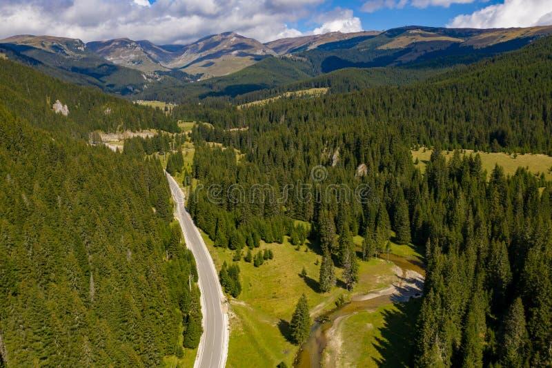 Karpatisch Bergenlandschap op een zonnige dag dichtbij Bolboci L stock afbeeldingen