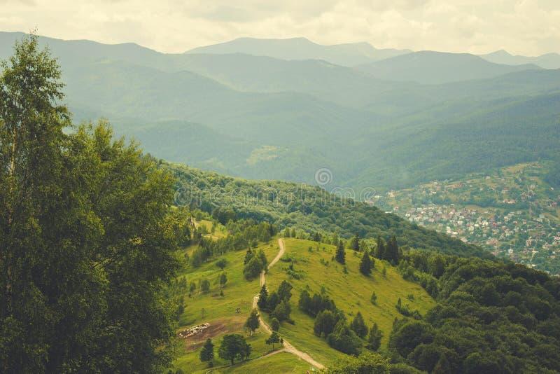 Karpatische bergketen Wolken over bergen stock afbeeldingen