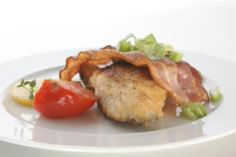 Karper met bacon en tomaat stock foto
