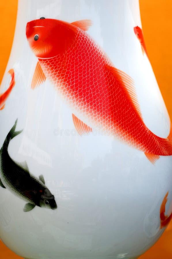 Karpfen auf Porzellanvase stockbilder
