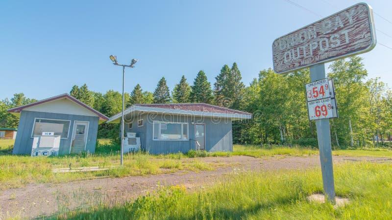 KARPFEN-SEE-GEMEINDE, MICHIGAN/USA - 16. JUNI 2016: Verlassene geschlossene Tankstelle/Mini-Markt - Natur wachsender zurück- ru lizenzfreie stockfotografie
