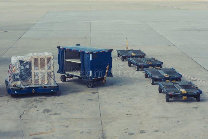 Karretjes voor bagagecontainers op het vliegveld stock foto