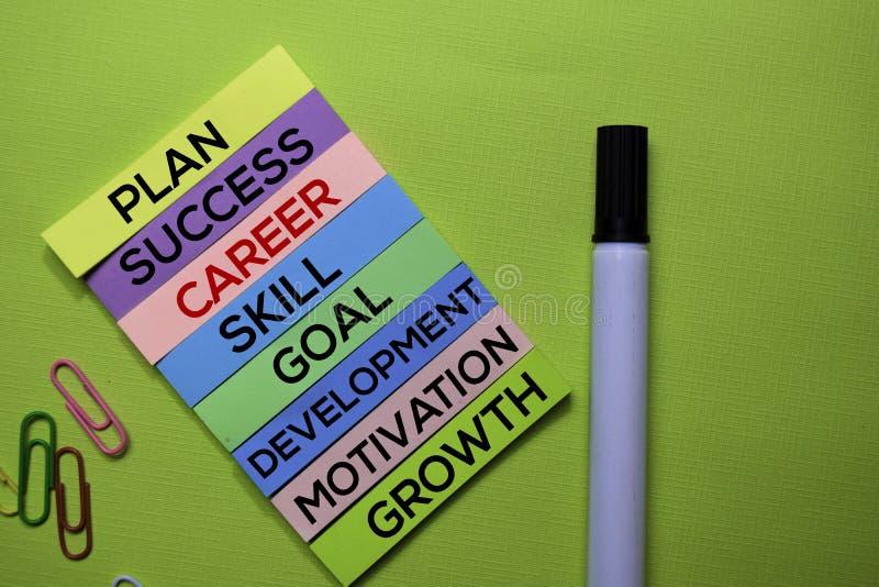 Karriär plan, framgång, expertis, mål, utveckling, motivation, tillväxttext på klibbiga anmärkningar som isoleras på det gröna sk royaltyfri fotografi