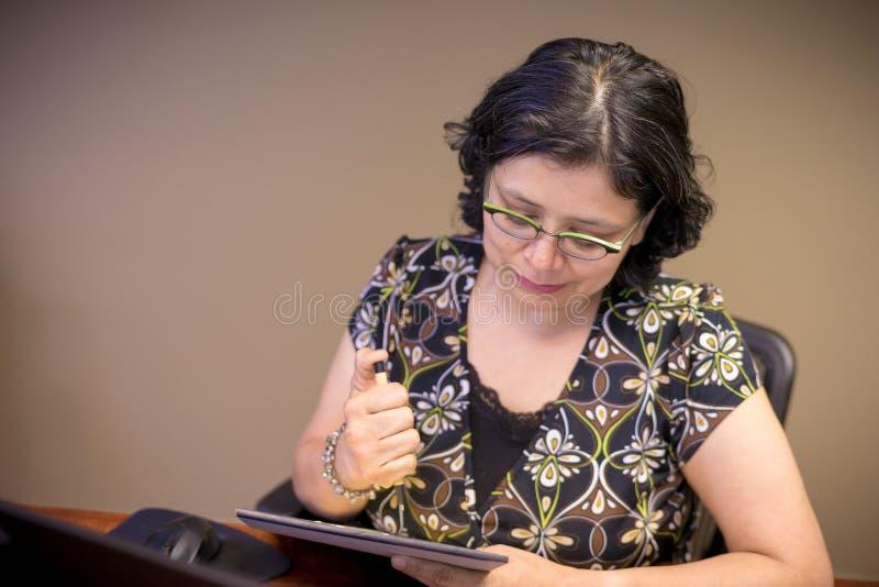 Karriere-gesinnter weiblicher Fachmann bei der Arbeit stockbild
