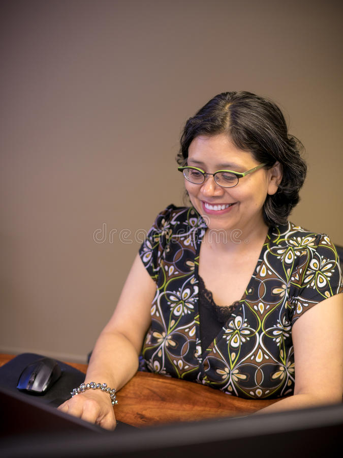 Karriere-gesinnter weiblicher Fachmann, der Laptop verwendet lizenzfreie stockfotos