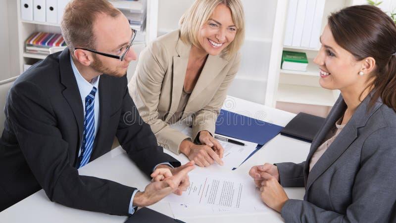 Karriere und Kandidat: drei Leute, die in einem Vorstellungsgespräch FO sitzen lizenzfreie stockfotografie
