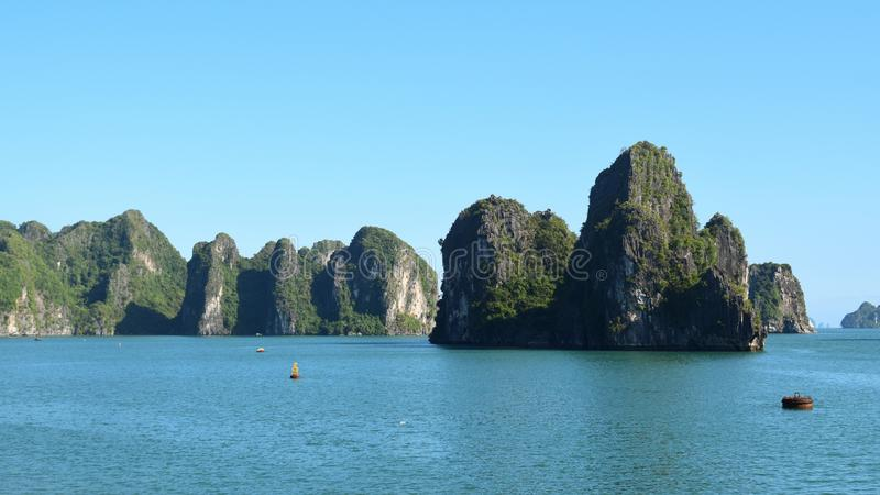 Karst landforms in het overzees, het wereldnatuurlijke erfgoed - halong blaf in Vietnam bij zonsondergang Natuurlijk en reislands stock foto