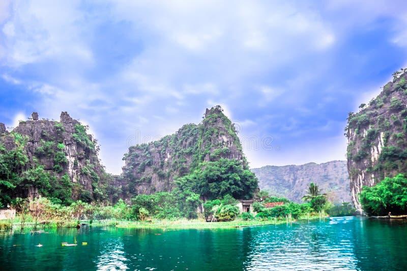 Karst landschap door Binh Binh in Vietnam stock fotografie