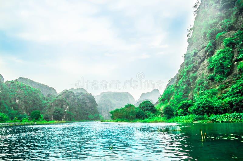 Karst landschap door Binh Binh in Vietnam royalty-vrije stock afbeelding