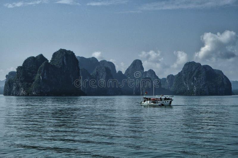 Karst landschap door halongbaai in Vietnam stock foto