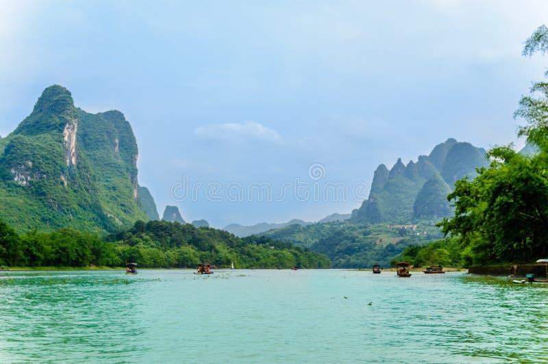 Karst landschap en Li-rivier door Yanhshuo in China royalty-vrije stock foto