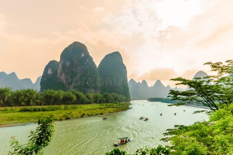 Karst landschap en Li-rivier door Yanhsshuo in China stock fotografie