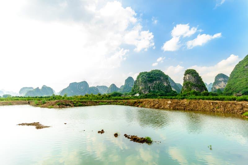 Karst landschap en Li-rivier door Yanhsshuo in Yanhshuo stock foto's