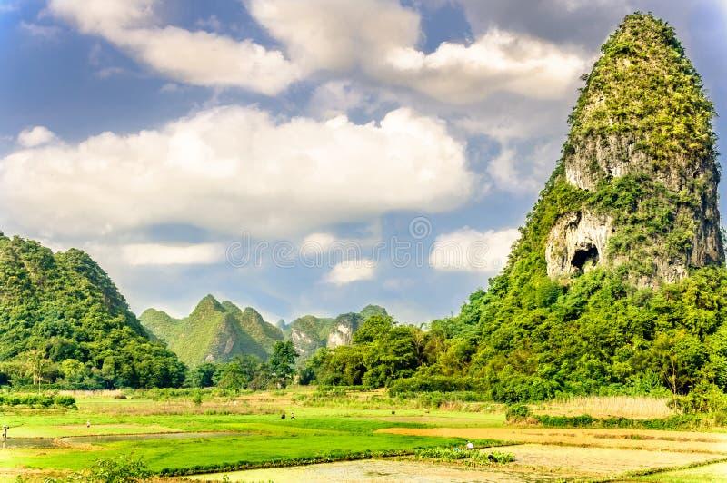 Karst landschap en padievelden binnen door Guilin in China stock afbeeldingen
