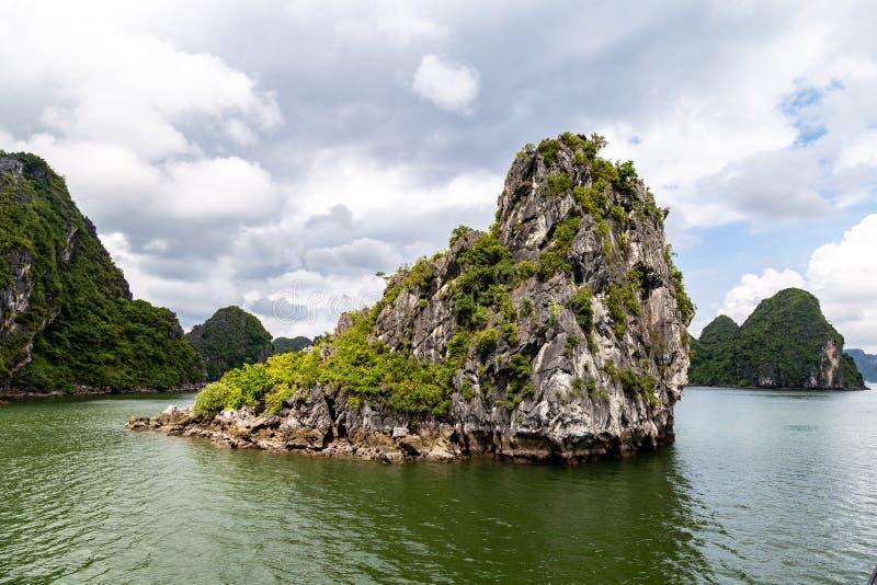 Karst vormingen in Halong-Baai, Vietnam, in de golf van Tonkin stock foto