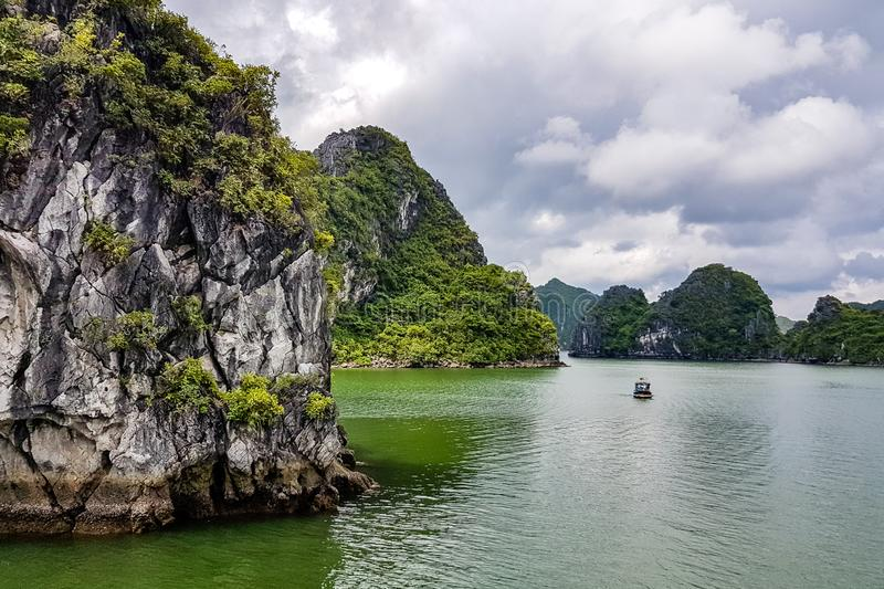 Karst vormingen in Halong-Baai, Vietnam, in de golf van Tonkin royalty-vrije stock fotografie
