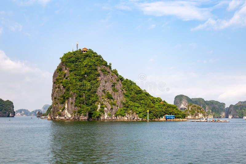 Karst vormingen in Halong-Baai, Vietnam, in de golf van Tonkin royalty-vrije stock fotografie
