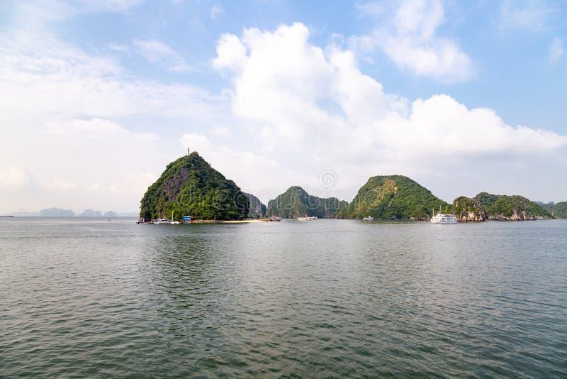 Karst vormingen in Halong-Baai, Vietnam, in de golf van Tonkin stock fotografie