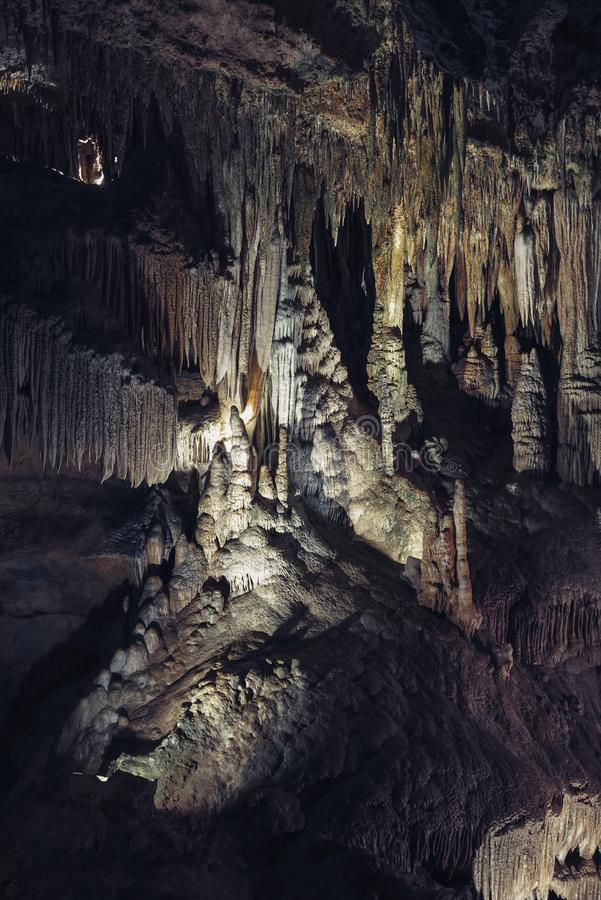 Karstgrotta med stalaktit och stalagmit i Luray Caverns Luray Virginia royaltyfri foto