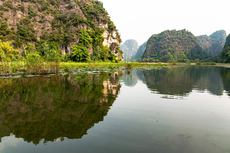 Karstic landskap i den landHalong fjärden royaltyfri fotografi
