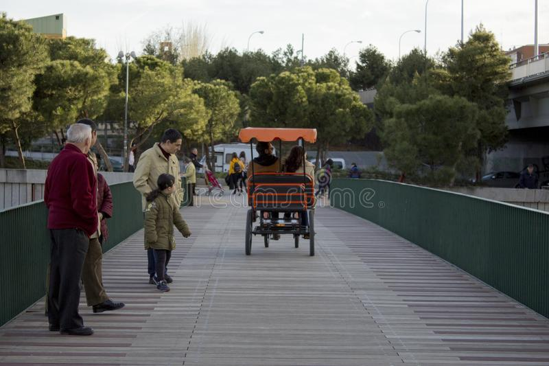 Kart auf einer Brücke lizenzfreie stockbilder