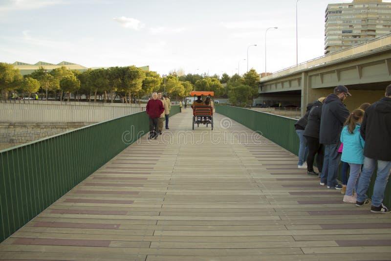 Kart auf einer Brücke lizenzfreies stockbild