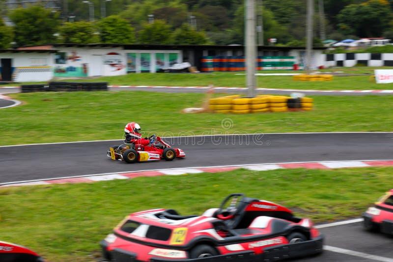 Kart dell'automobile del ` s dei bambini sulla pista karting fotografia stock