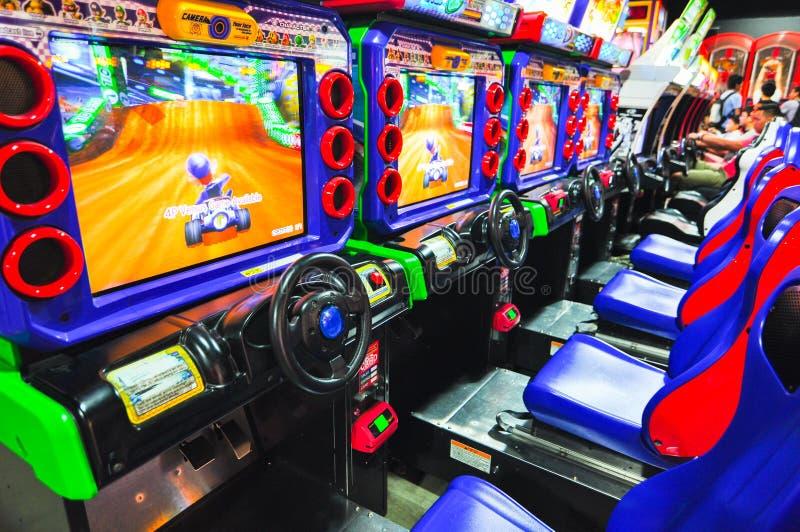 Kart super de Mario que compete a arcada de jogo de vídeo na cidade do mercado do nível 3 dos divertimentos da cidade fotografia de stock royalty free