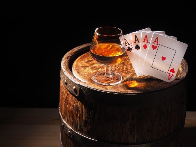 Karta do gry i wina szkło koniak na baryłce obrazy royalty free