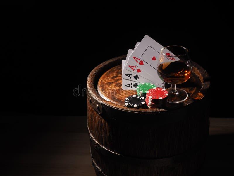 Karta do gry i wina szkło koniak na baryłce zdjęcie stock