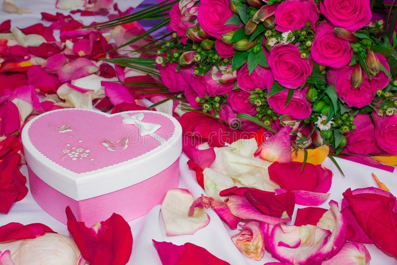 Karta Set na liściu z różanymi płatkami - bukiet róże i pudełko w postaci serca z prezentem zdjęcie royalty free
