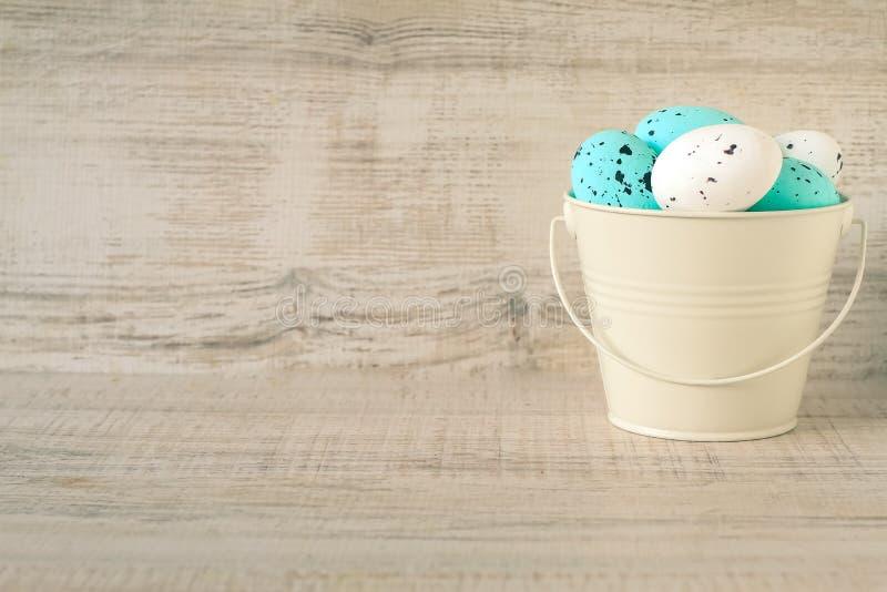 Karta z Easter jajkami w metalu wiadrze fotografia stock