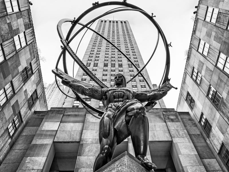 Kartboken - brons statyn framme av Rockefeller Center i midtownen Manhattan, New York City, USA royaltyfria foton