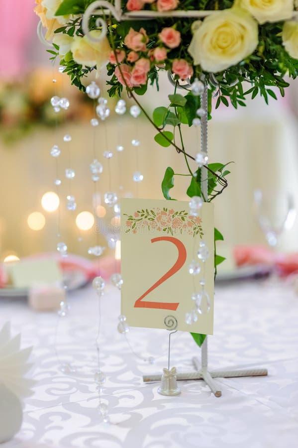 Karte auf der festlichen Hochzeitstafel lizenzfreie stockfotografie