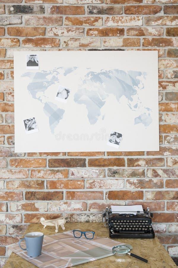 Karte auf einer Backsteinmauer lizenzfreies stockfoto