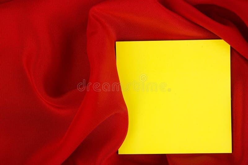 Karte auf rotem farbigem Satintuch. lizenzfreie stockfotos