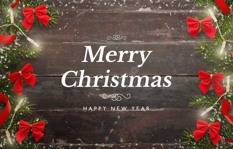 Karte der frohen Weihnachten und des guten Rutsch ins Neue Jahr Holztisch mit Weihnachtsbaum und Dekorationen lizenzfreie stockbilder