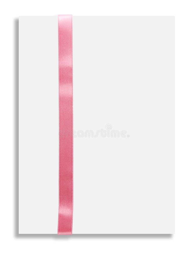 Karte des leeren Papiers mit rosa Satinband auf weißem Hintergrund stockfoto