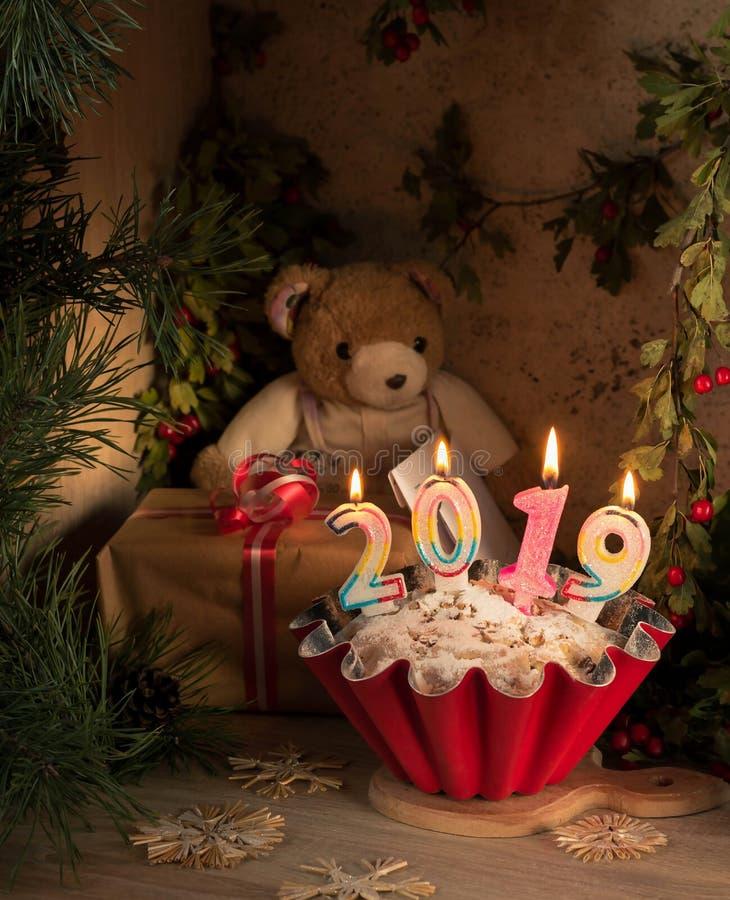Karte 2019 des neuen Jahres Sankt Klaus, Himmel, Frost, Beutel Bär mit Buchstaben sitzt vor einem Apfelkuchen stockfotografie