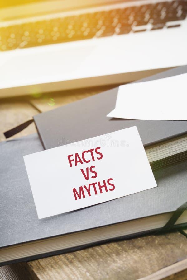 Karte, die Tatsachen gegen Mythen auf Notizblock sagt stockbilder