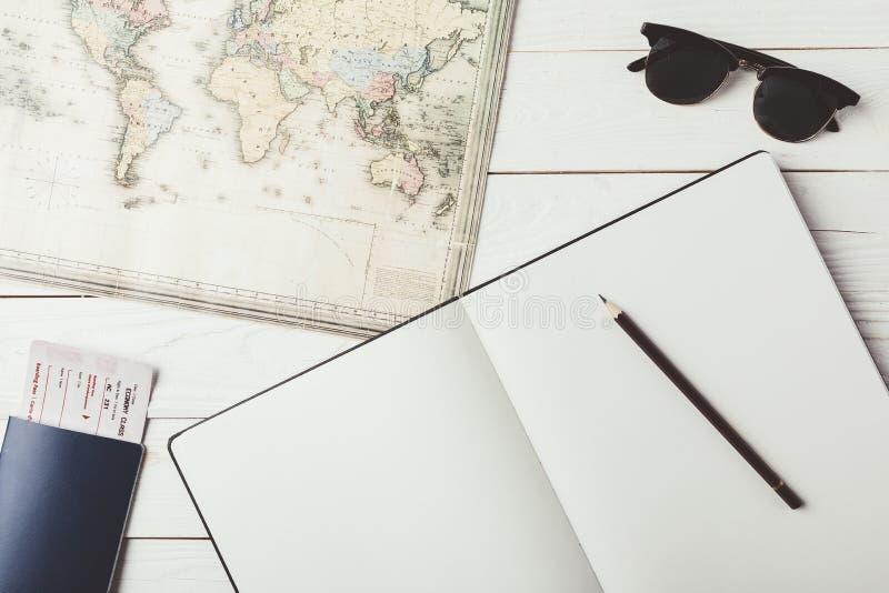 Karte mit Notizbuch und Bleistift lizenzfreies stockfoto