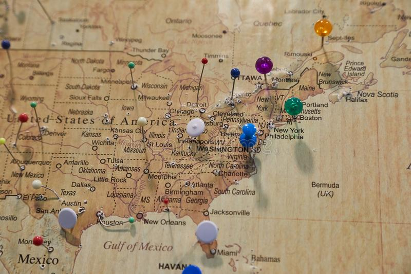 Karte mit Stiften lizenzfreie stockbilder